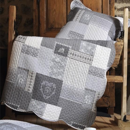 le couvre lit en boutis arkansas g mesure 2m40 x 2m60 il est vendu avec les 2 taies doreillers 65 cm x 65 cm - Couvre Lit Boutis